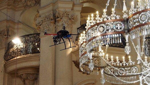Dron v kostele sv. Mikuláše na Staroměstském náměstí pomáhá mapovat sochy těsně pod kupolí.
