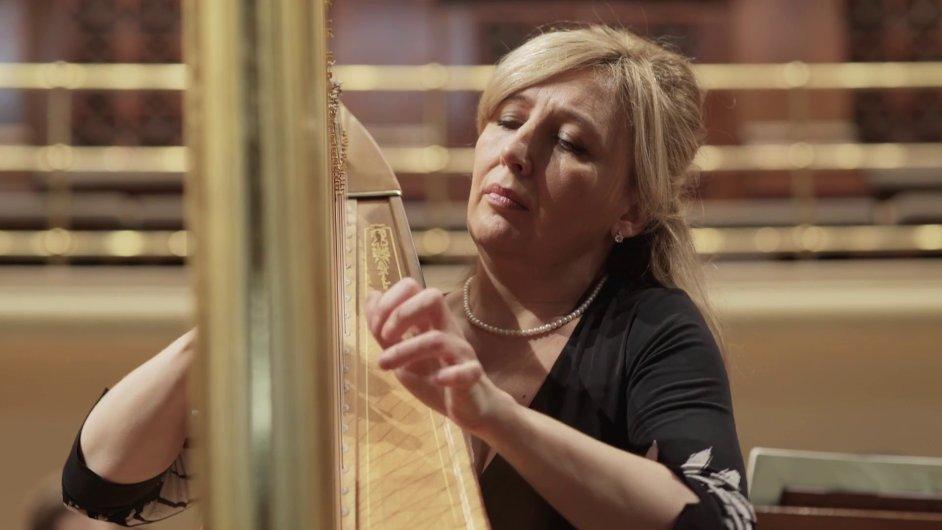 Na snímku z propagačního videa k sobotnímu koncertu je první harfistka České filharmonie Jana Boušková.