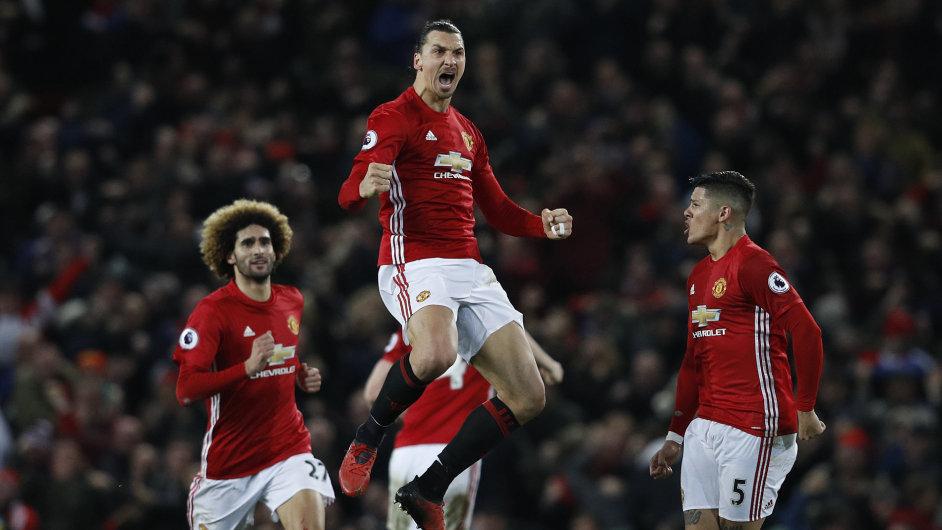 Zlatan Ibrahimović (uprostřed) je jednou z velkých hvězd, které získal Manchester United, nejbohatší fotbalový klub světa.