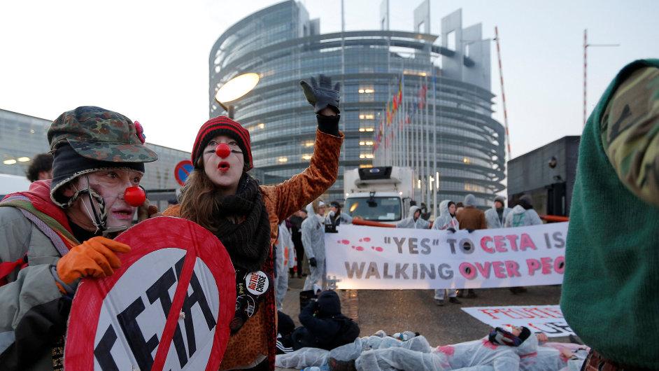 Europoslanci schválili dohodu i přes odpor aktivistů.