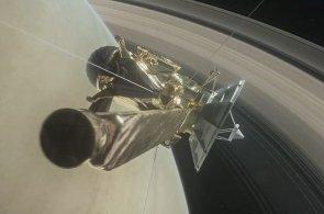 Sonda natočila povrch Saturnu. Takhle zblízka jste planetu ještě neviděli