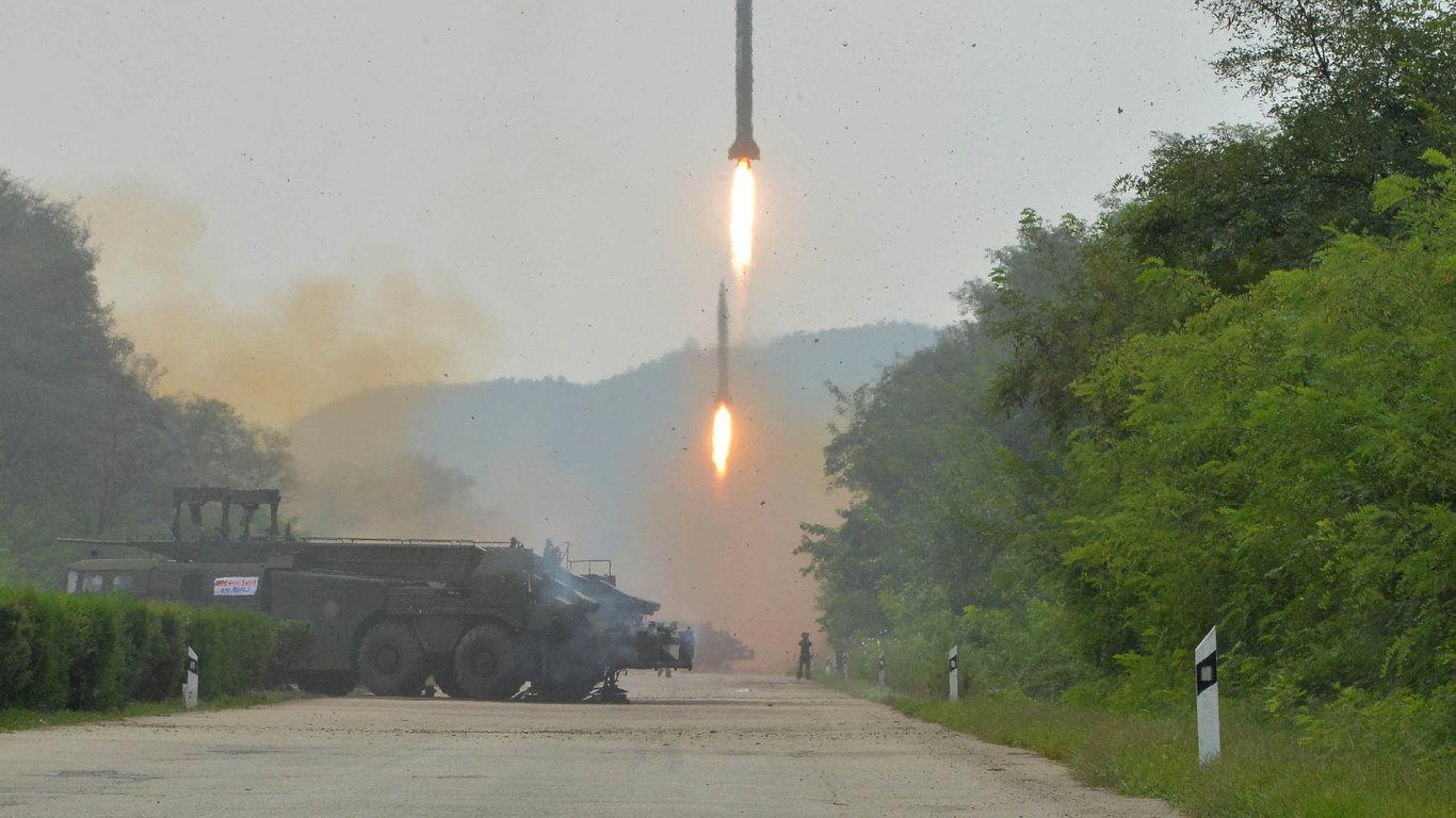 Fotografie z testu balistických raket v KLDR.