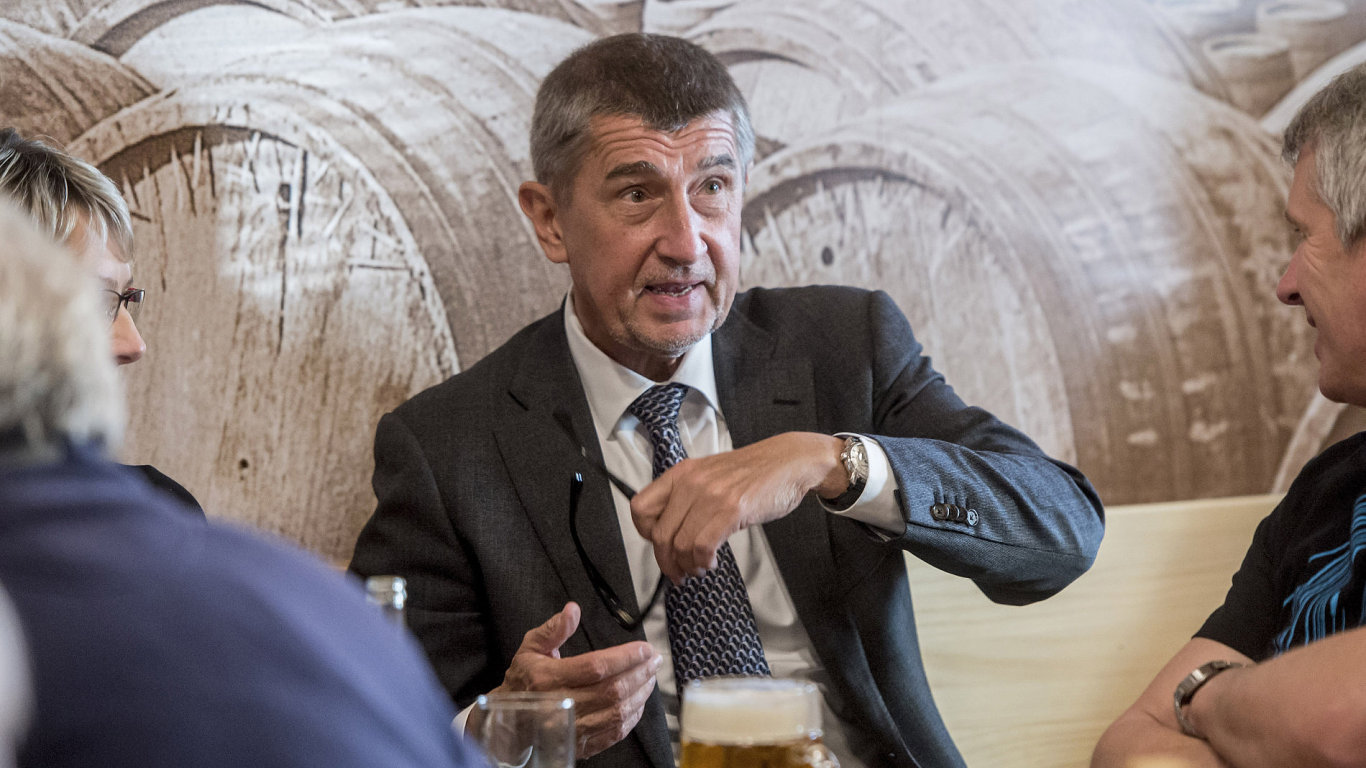 Ministr financí Andrej Babiš v rámci návštěvy Rychnovska navštívil 2. května restaurační zařízení v Týništi nad Orlicí