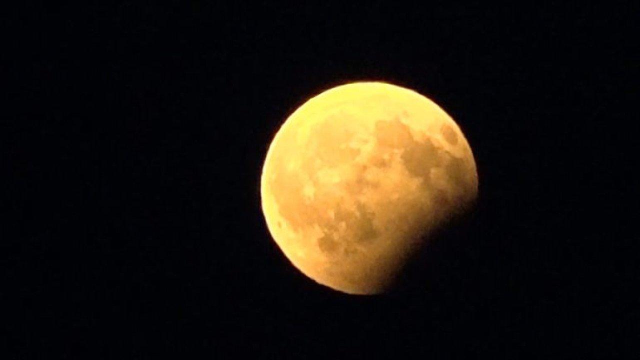 Země zakryla Měsíc. Podívejte se na částečné zatmění pohledem z Pardubic.