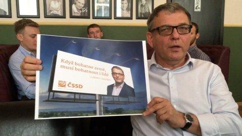 Lubomir_Zaoralek_ukazuje_novy_billboard_na_volebni_kampan.jpg