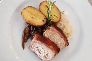 Podívejte se, jak v restauraci Harmony ve Špindlerově Mlýně připravují selátko se zelím, cibulkou a bramborem