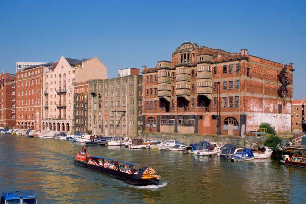 Kolem doků dnes jezdí vyhlídkové lodě s turisty.