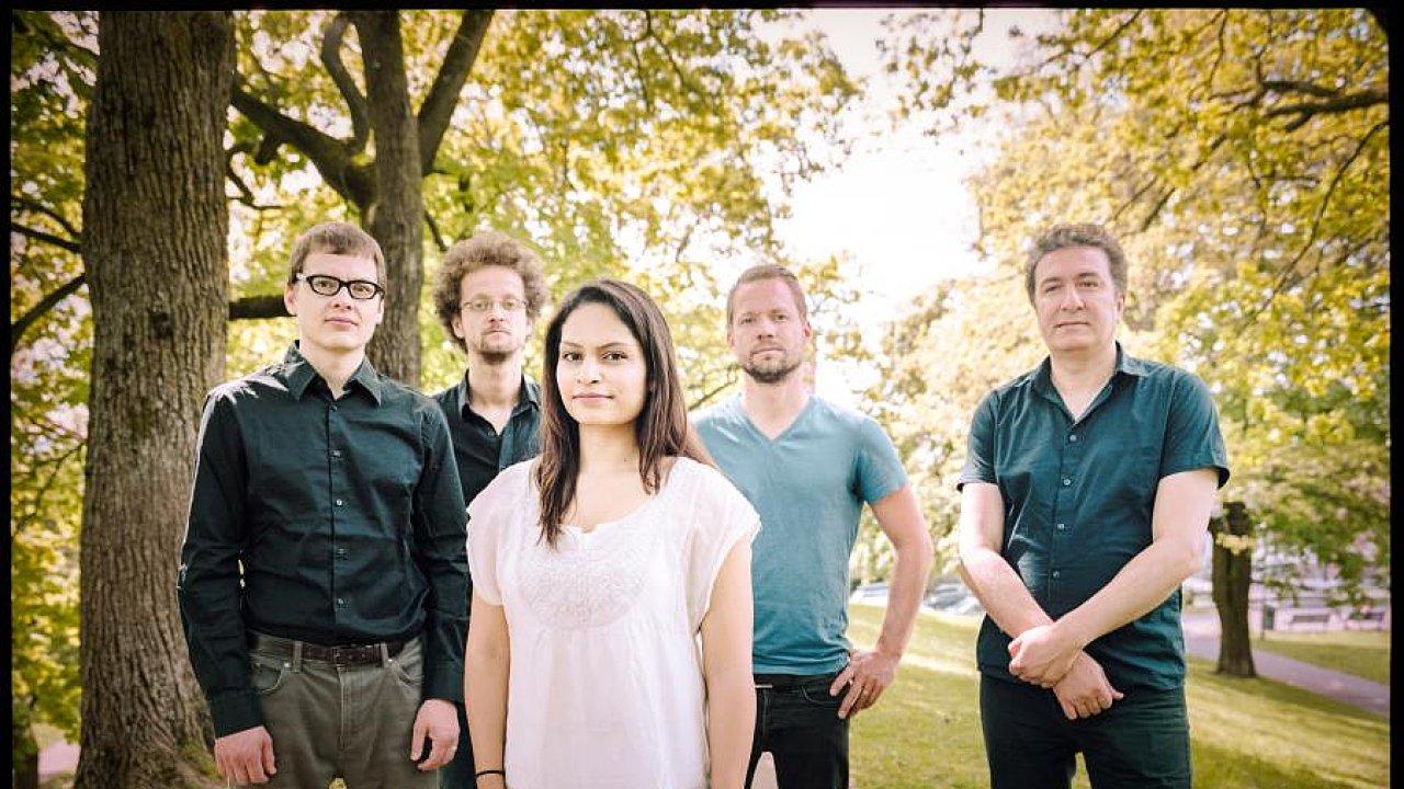 Sestavu Bansal Band vede houslistka Harpreet Bansalová (uprostřed), první zleva je český klavírista Vojtěch Procházka.