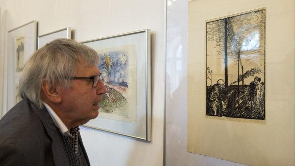 Na snímku z výstavy v Galerii Hollar je grafik Vladimír Suchánek.
