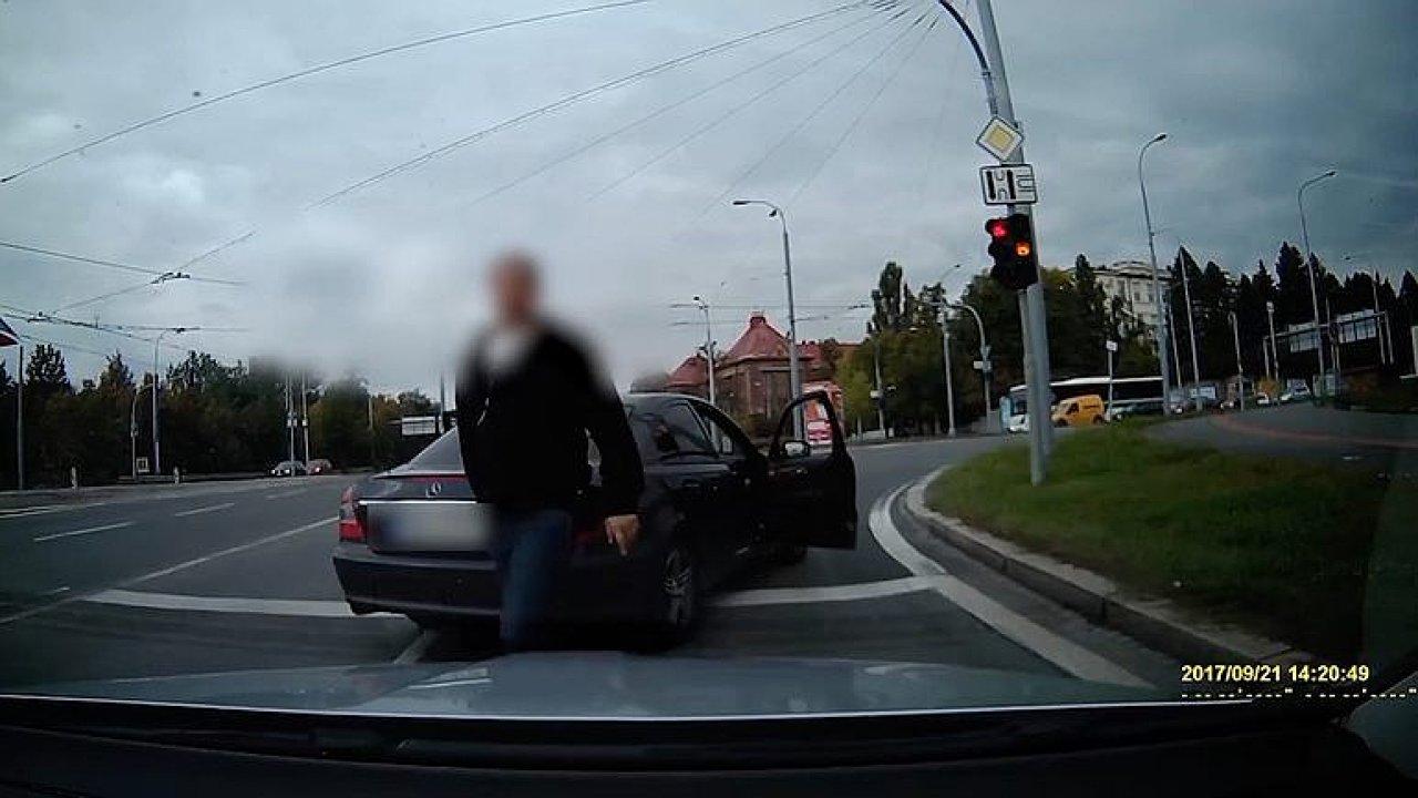 Policisté v civilu zastavili řidiče v Plzni. Sprostě mu nadávali a vyhrožovali.