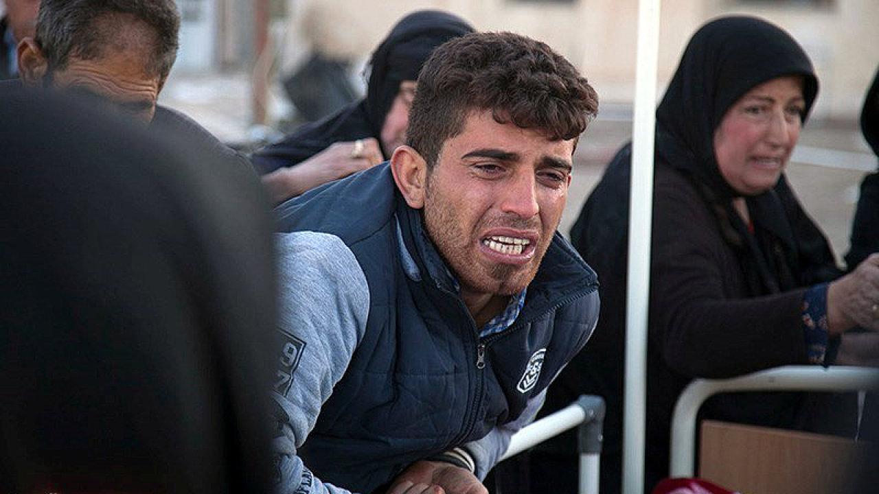 Silné zemětřesení na hranici Iráku s Íránem si vyžádalo stovky obětí.