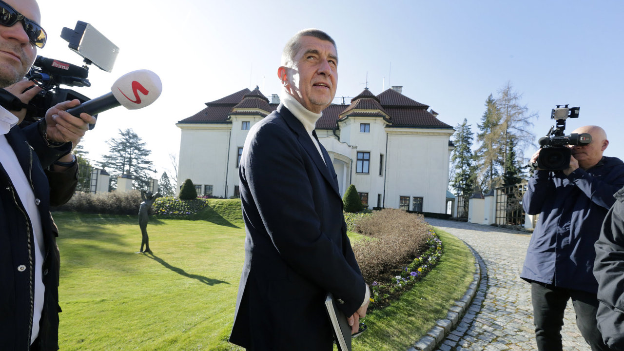 Premiér Andrej Babiš před Kramářovou vilou v Praze.