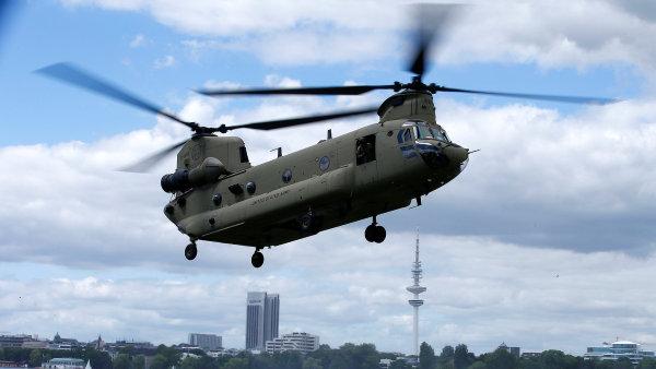 Vojenské výdaje ve světě rostou, v čele jsou USA. Na snímku helikoptéra Chinook americké armády.