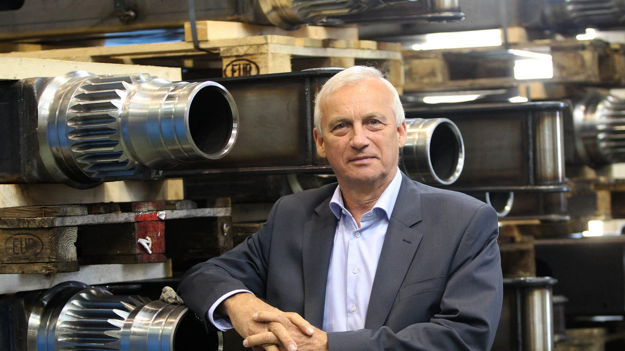 Majitel ašéf: Agrostroj Pelhřimov je rodinným strojírenským holdingem ajeho klíčovou je postavou Lubomír Stoklásek.