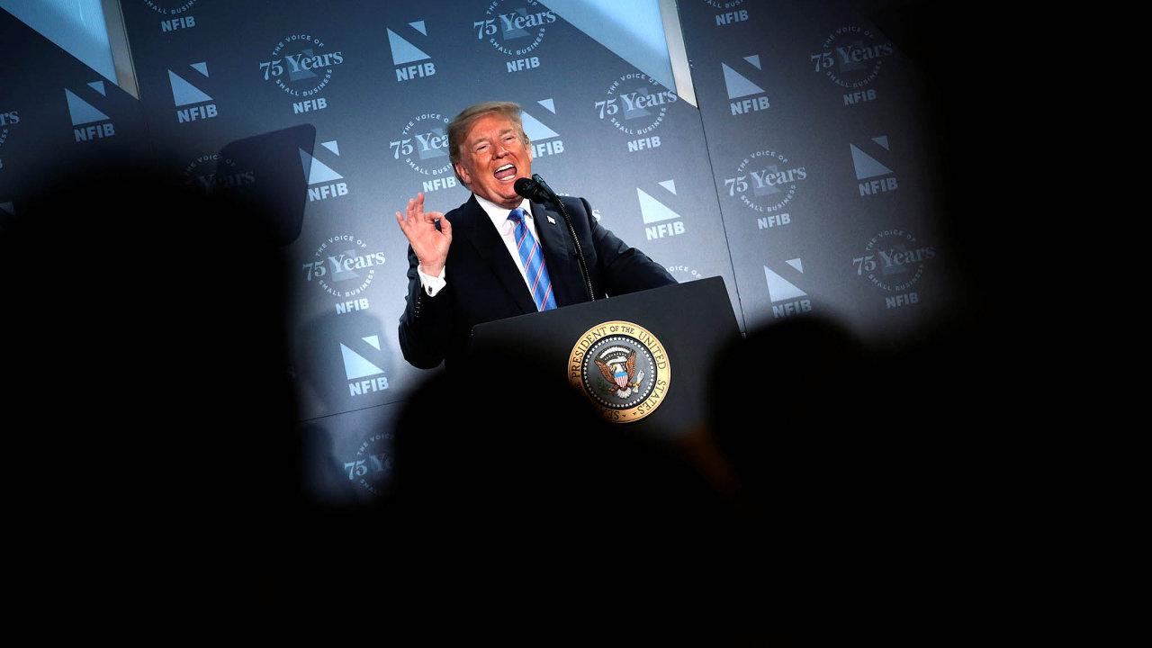 Donald Trump podepsal dekret, jímž zrušil dosavadní kontroverzní praxi rozdělování rodin uprchlíků zadržených na hranicích bez dokladů.