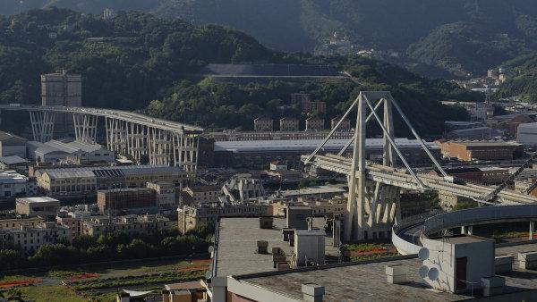 """Zřícený """"Morandiho most"""" v Janově."""
