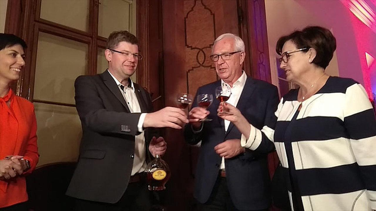 TOP 09 slaví Drahošův úspěch ve volbách dvacetiletým koňakem.