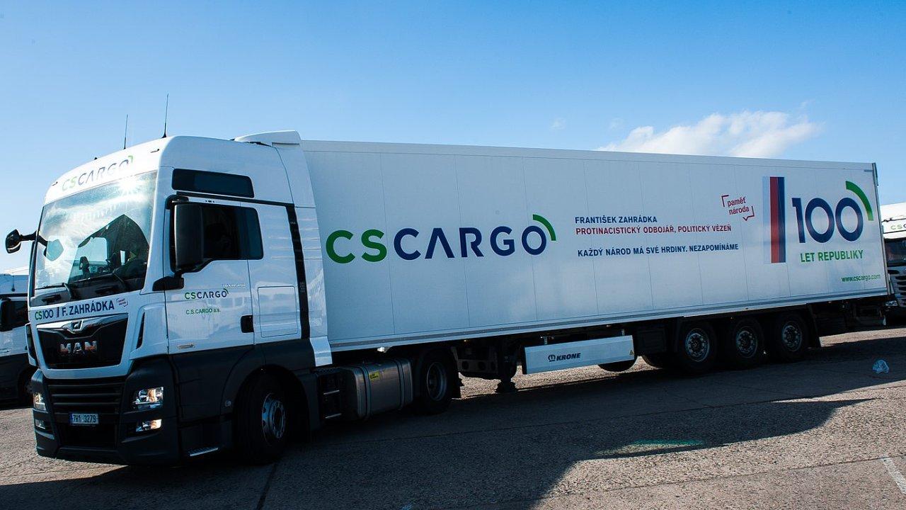 Jeden z deseti kamionů C.S.Cargo pojmenovaných jmény hrdinů připomíná protinacistického odbojáře Františka Zahrádku.