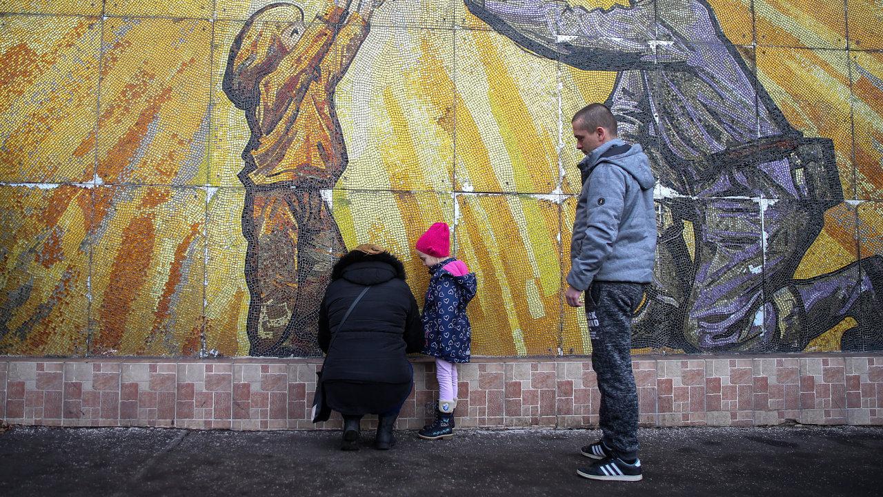 Důl ČSM. Lidé uctivájí památku zesnulých.