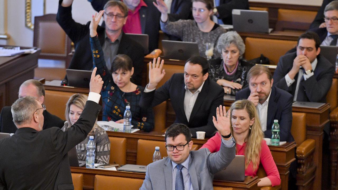 Provládní poslanecká většina nakonec daňový balíček prohlasovala.