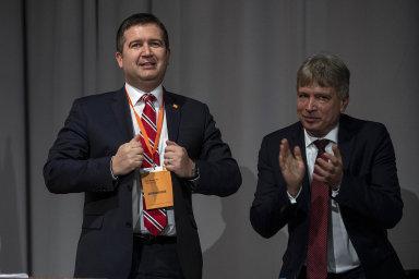 """Obklopil se svými lidmi: Prvním místopředsedou ČSSD se stal Roman Onderka. """"Jsem připravený říkat předsedovi věci, které se mu někteří zvás bojí říct,"""" sdělil Onderka delegátům nasjezdu."""
