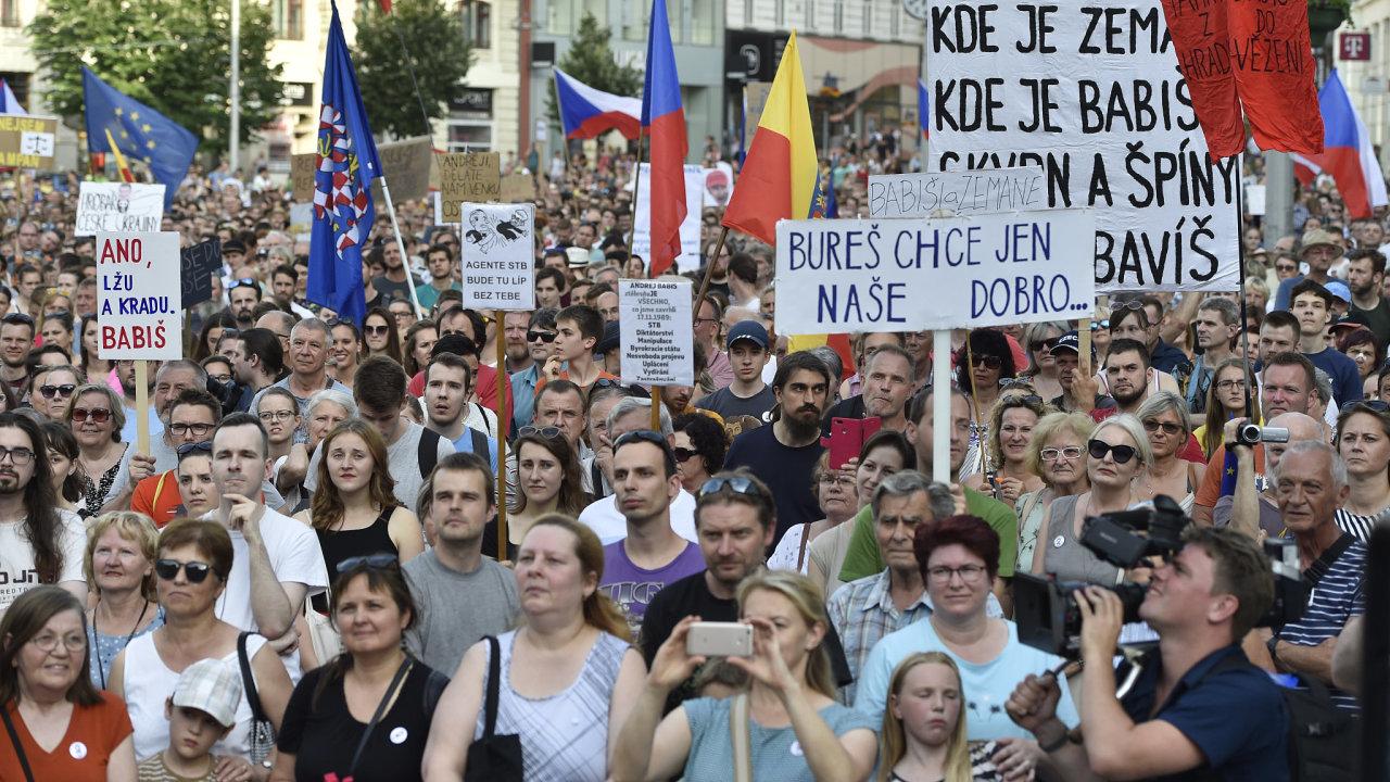 Demonstrace proti premiérovi Andreji Babišovi a ministryni spravedlnosti Marii Benešové v Brně.