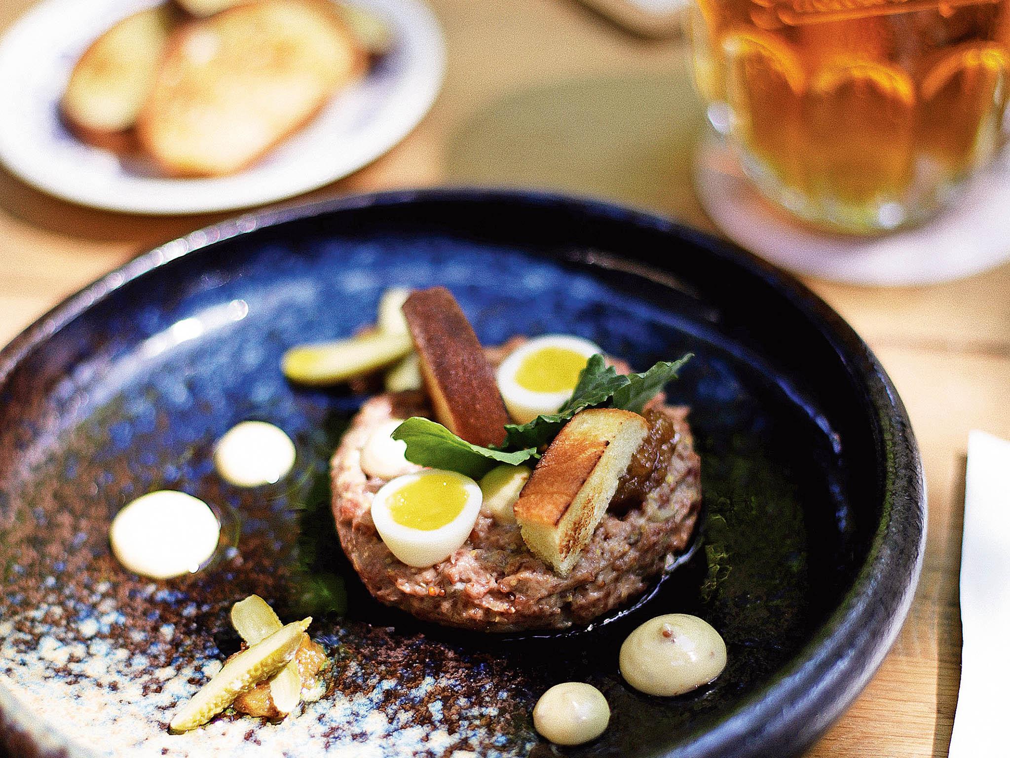 Hovězí tartar, konfitovaná cibule, čerstvá majoránka