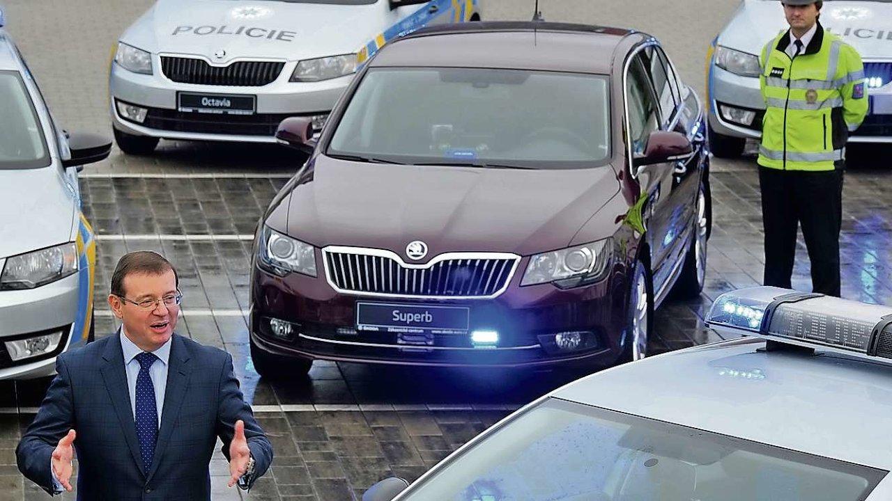 Člen představenstva Škody Auto Bohdan Wojnar předává policii nové Superby
