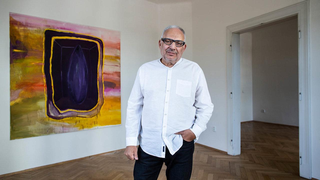 Jiří Švestka sobrazem Sofie Švejdové naaktuální výstavě vesvé galerii (Sofie Švejdová, Andreas Schmitten).