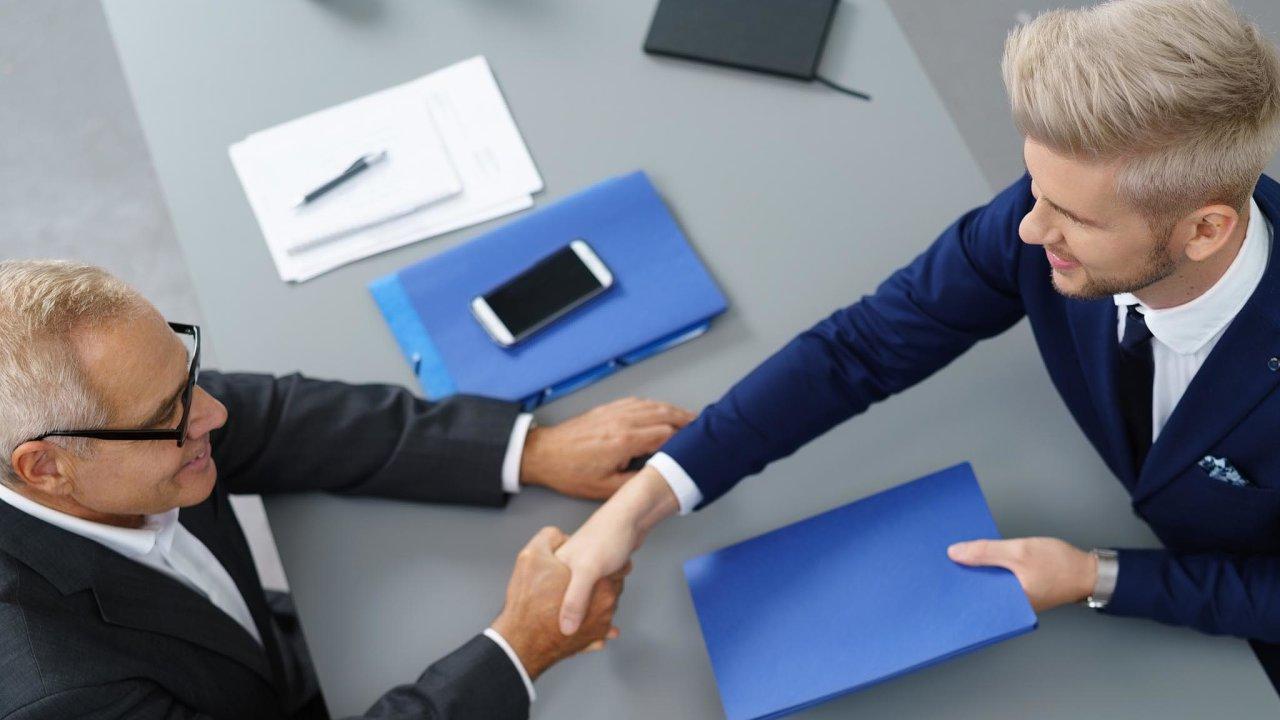 Mladí absolventi vysokých škol jsou pro firmy žádaným zbožím (ilustrační snímek).