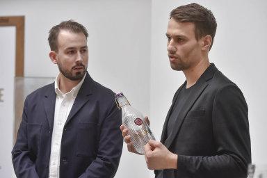 Kariéru dua designérů skla Václava Mlynáře aJakuba Pollága, kteří tvoří pod názvem deForm, pomohla nastartovat i cena zanejlépe prezentované studio naDesignbloku v roce 2013.