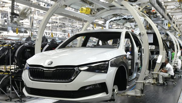 Český průmysl drží nad vodou hlavně výroba automobilů. Ta nyní klesla o 45 procent. Snímek je z největší české automobilky Škoda Auto.
