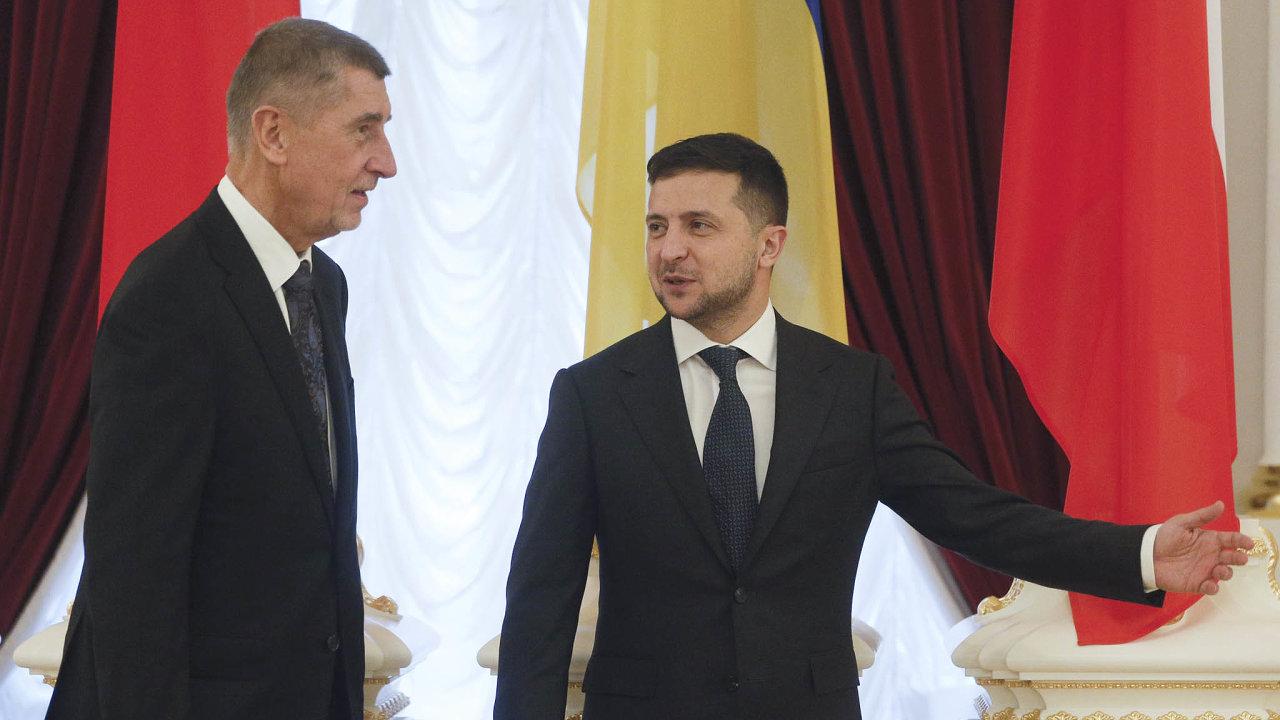 Na Česko-ukrajinské obchodní fórum do Kyjeva Doprovodilo premiéra andreje Babiše 85 firem. od roku 1993 je to teprve druhá návštěva českého premiéra na Ukrajině. Na snímku s prezidentem Zelenským.