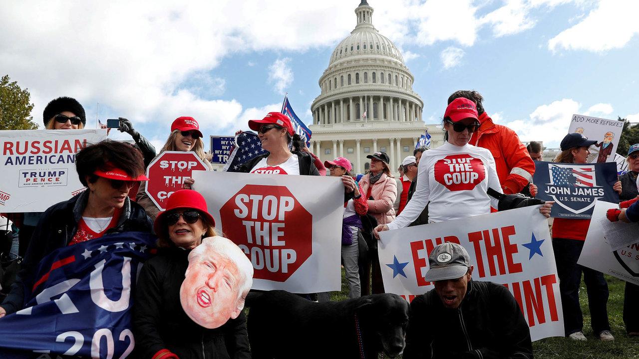 Zastavte štvanici: Příznivci Donalda Trumpa žádají ukončení impeachmentu před budovou Kapitolu, vněmž probíhají schůze amerických zákonodárců.