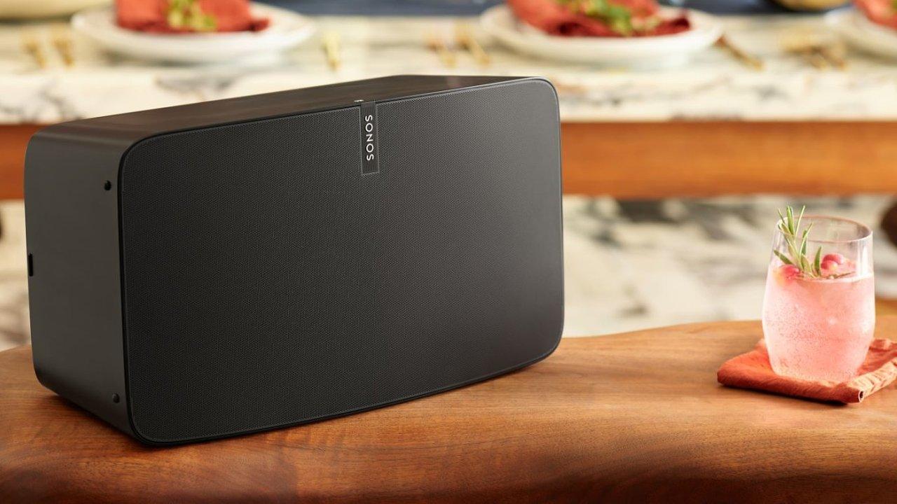 Sonos Play:5 je nejvýkonnější bezdrátová reprosoustava v nabídce firmy, připojit k ní jde i starý iPod