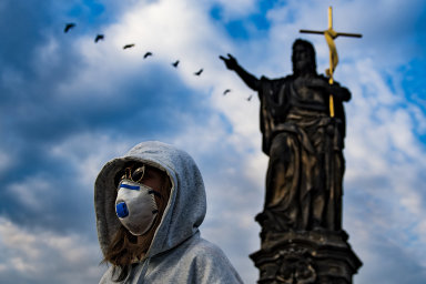 Česko v karanténě obrazem: Karlův most bez turistů, lidé cestují v improvizovaných rouškách a na hranicích se tvoří fronty