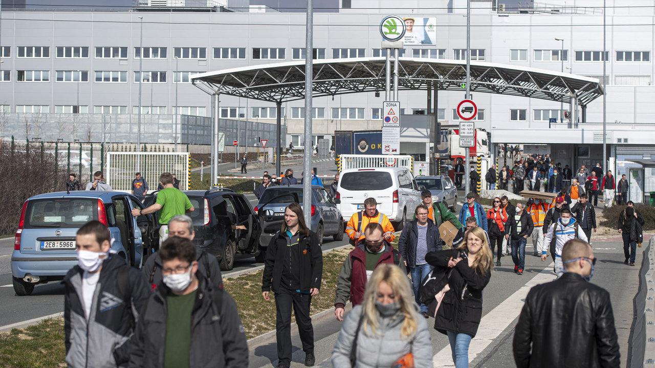 V závodě automobilky Škoda Auto v Kvasinách na Rychnovsku 18. března 2020 ve 14:00 skončila poslední ranní směna před přerušením výroby.