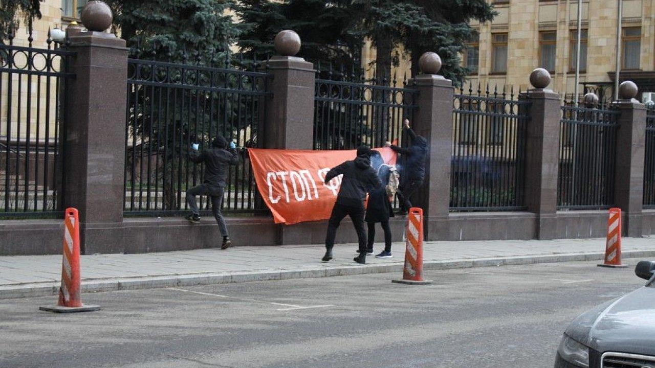 Skupina ruských nacbolů u českého velvyslanectví v Moskvě.