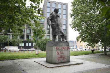 Churchill byl rasista, napsal někdo na jeho pražský pomník. Sochy spojené s rasismem jsou terčem vandalů po celém světě