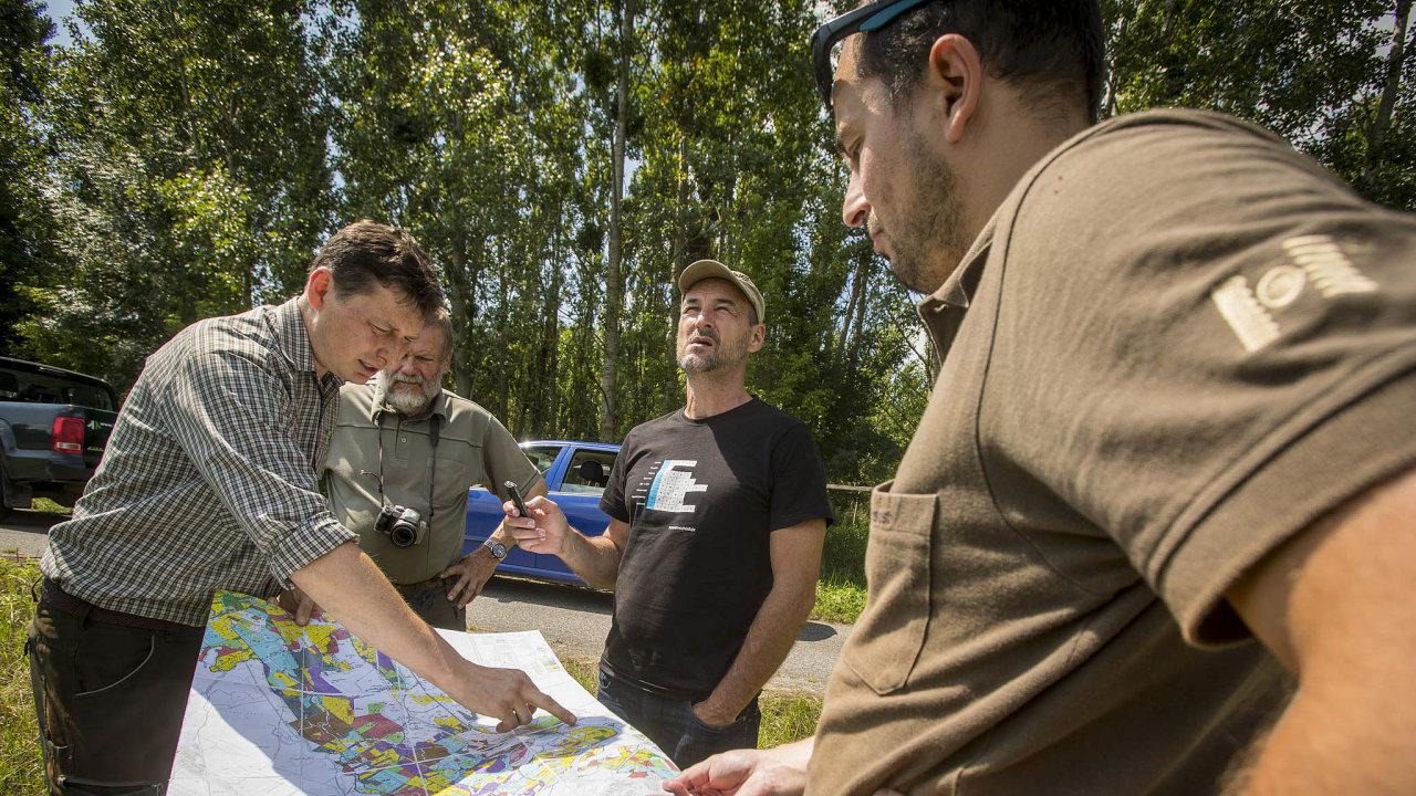 U mapy vlevo referent Jan Dovrtěl ze správy místních lesů, za ním jeho kolega Jiří Netík. Vpravo Erber, uprostřed autor článku Martin Biben.