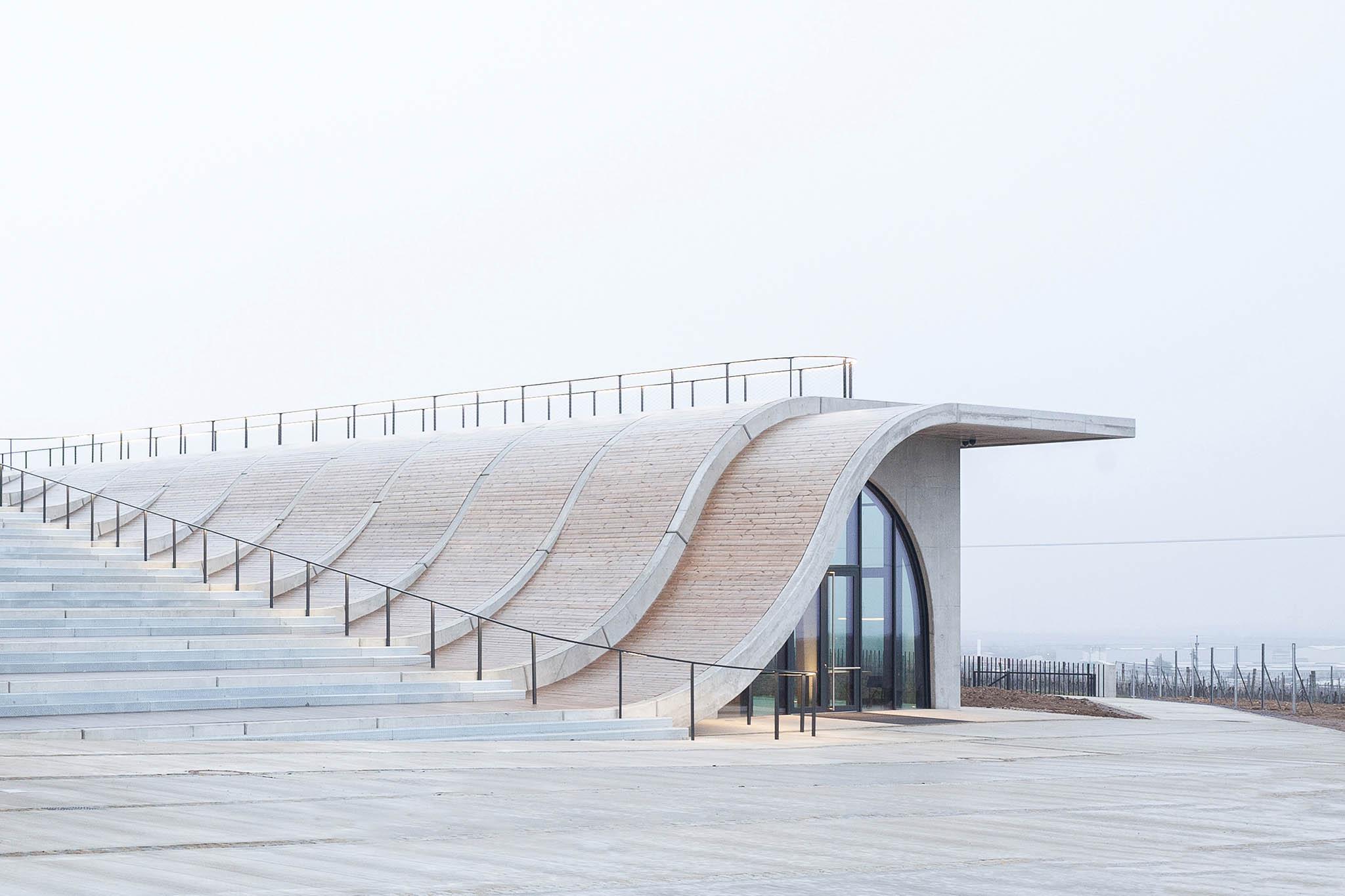 Nové centrum Vinařství Lahofer se nedávno otevřelo vevinici UHájku nedaleko Znojma.