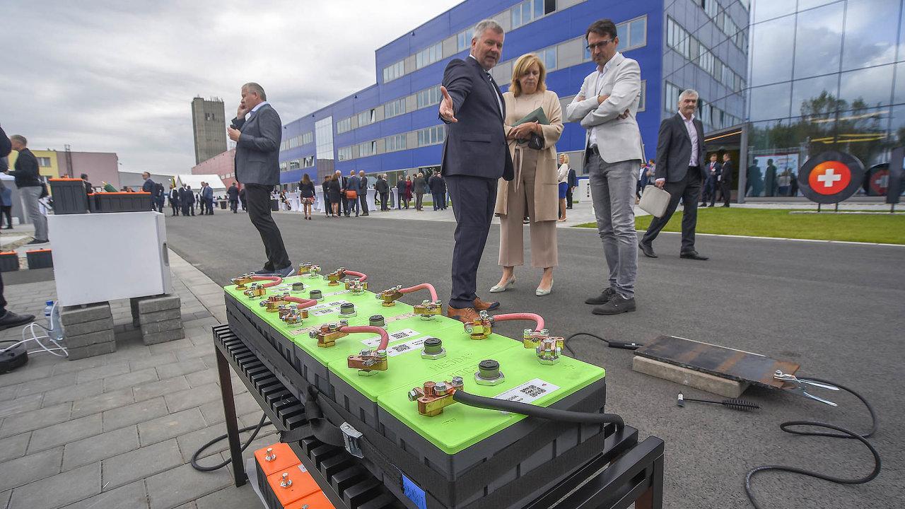 Oprohlídku byl zájem. Spoluvlastník HE3DA Vladimír Jirka (nasnímku vlevo) předvádí jeden zbateriových systémů svého podniku. Prezentace se děla venku, dovýrobní haly majitelé veřejnost nepustili.