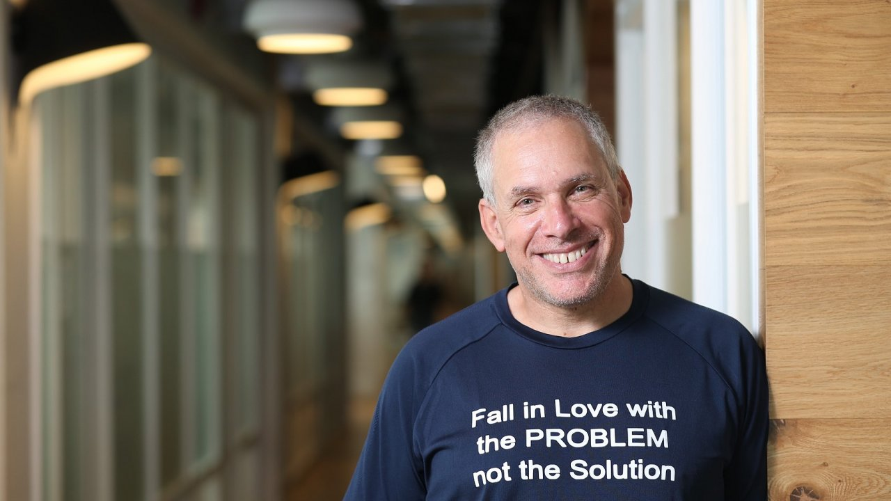 Zamilujte se doproblému, ne dojeho řešení. Uri Levine zestart-upu Refundit má voblibě motivační hesla, rád si je dává inatrička. Jeho úspěchy svědčí otom, že nejspíš fungují.