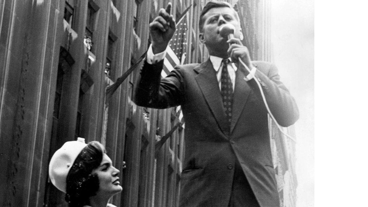 Po těsném vítězství v roce 1960 se stal John F. Kennedy nejmladším prezidentem USA. Jeho soupeř Richard Nixon výsledek uznal, i když se objevily pochybnosti, že Kennedymu pomohly k úřadu podvody.