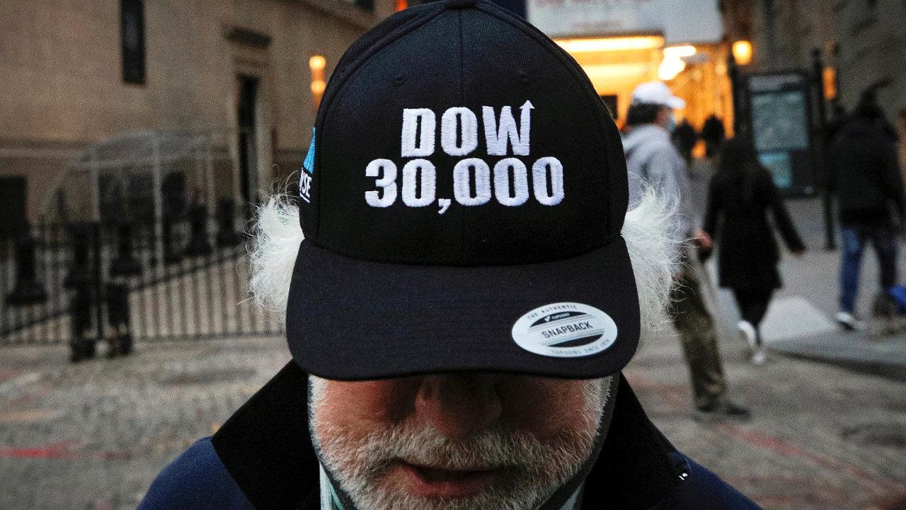 Dow Jones poprvé nad30tisíci bodů. Ačkoli covid-19 řádí, peněz je dost anení je kam investovat.
