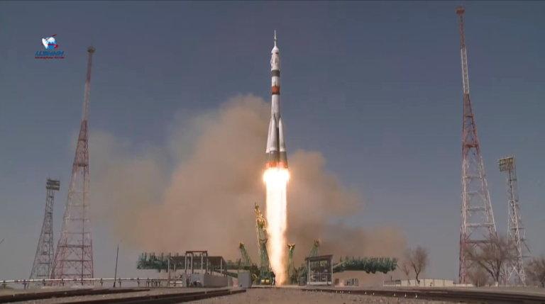 Z kosmodromu Bajkonur ráno odstartovala v ruské lodi Sojuz MS-18 trojčlenná rusko-americká posádka, která zamířila k Mezinárodní vesmírné stanici.