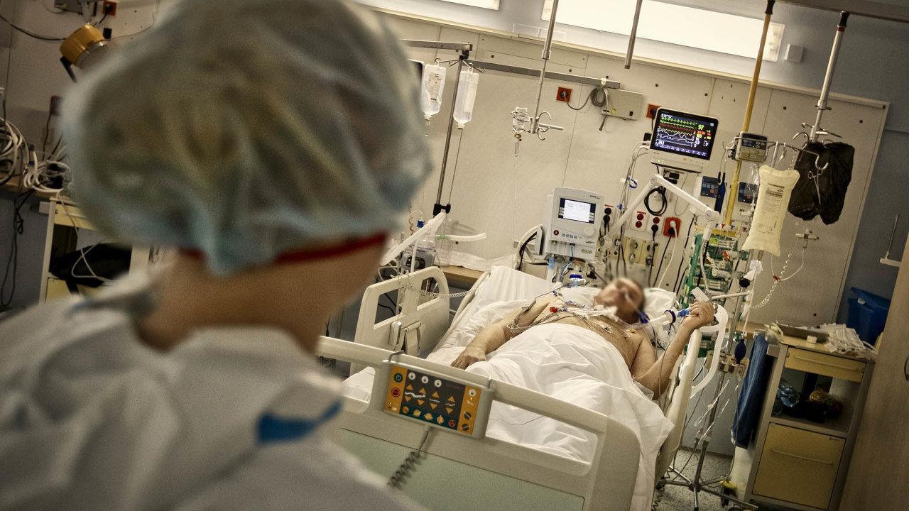 Sledování televize i vtipkování se sestrami. Stav pacienta, který leží na covidové jednotce ve Všeobecné fakultní nemocnici, se zlepšuje.