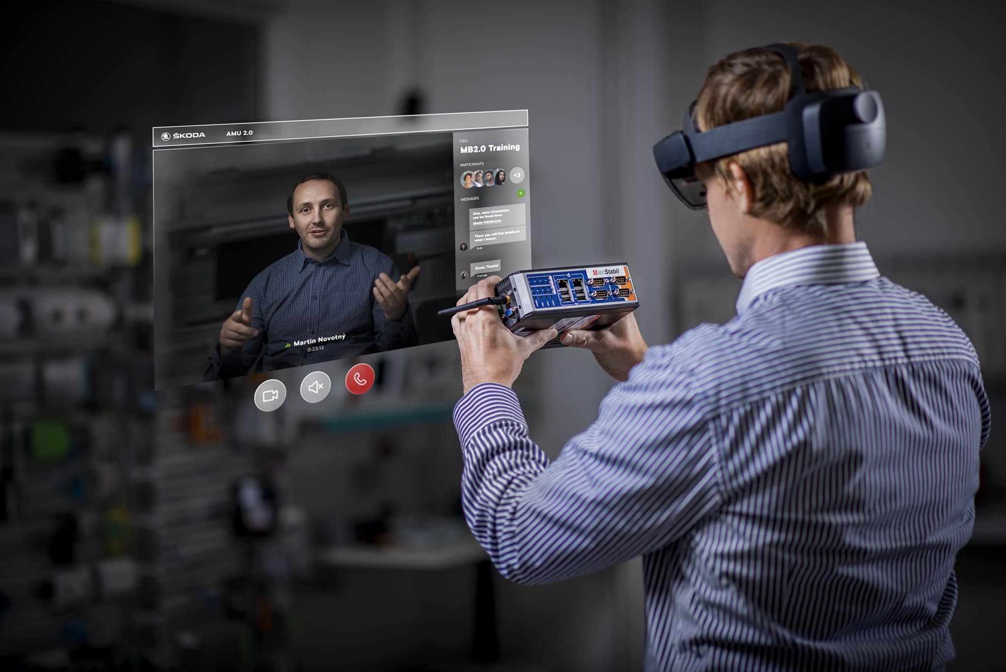 Škoda Auto testuje rozšířenou realitu pro údržbu strojů a školení.