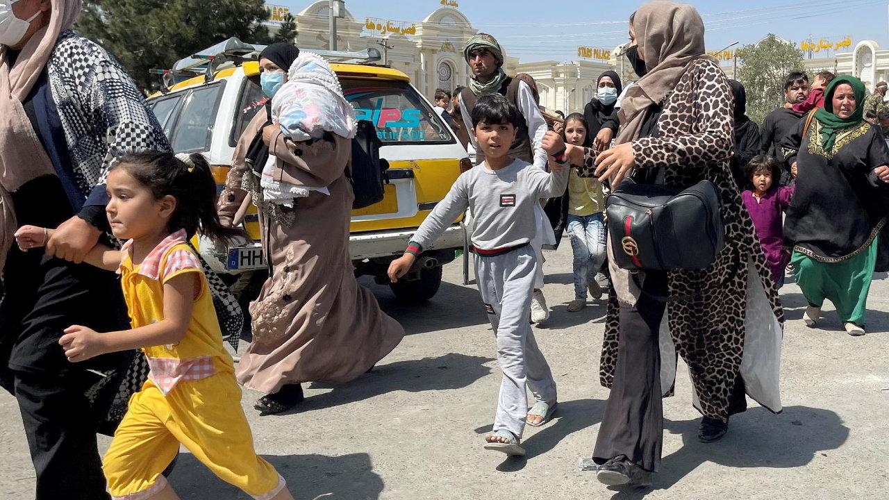 Afghánistán, ženy, děti, letiště, tag reuters com 2021 newsml RC2A6P95FSHV 139199684