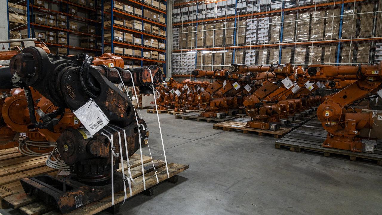 Ve studeném skladu v Hrabové čekají roboti na prohlídku, repasi a opravu. V bednách stojících kolem jsou připraveny náhradní díly.
